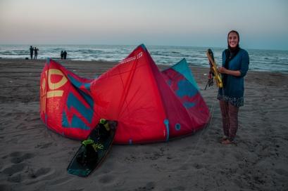 Kiting in a burkini 👙🏄⚠ Or better trying with just a few knots too little 💨 #iran #kitesurfing #caspiansea #kiashan #gilian #lowwind #burkini